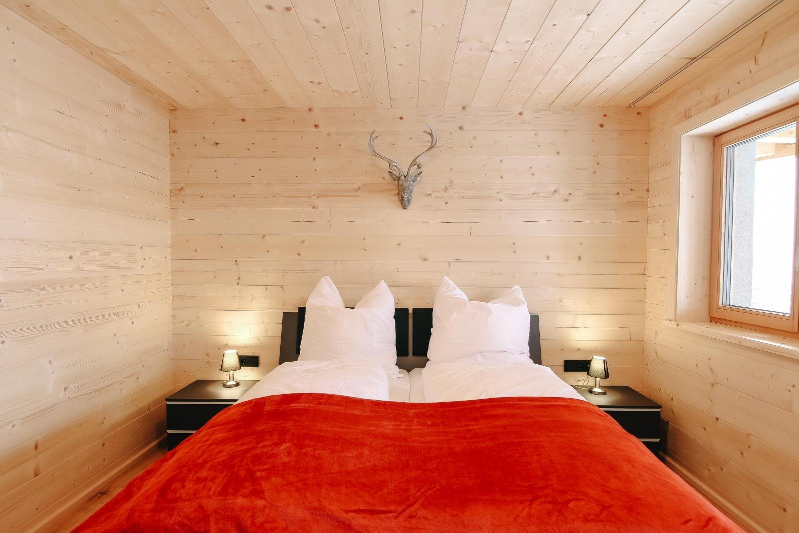 Heidi-Chalet-Falkert-Heidialm-Almsommer-Wellness-Bad-Sauna-Luxus-Wohnen-Doppelbett