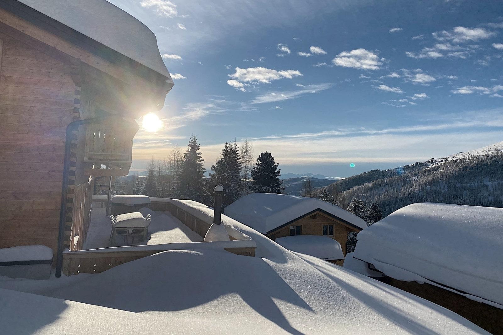 Heidi-Chalet-Falkert-Heidialm-Bergwinter-Ski-Seitenansicht-Sonne-Stimmung