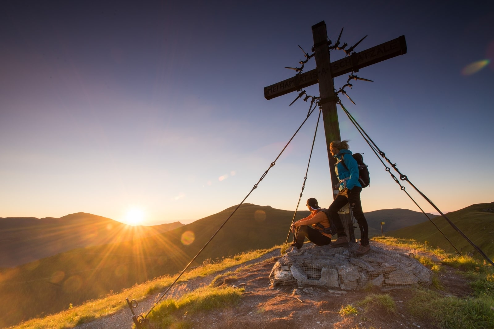 Heidi-Chalet-Falkert-Heidialm-Falkertsee-Blick-Gipfel-Kreuz-Sonnenuntergang